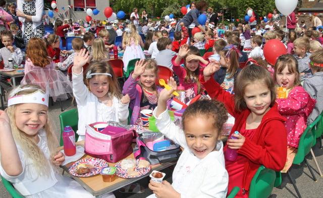 HOR 280411 Royal Wedding Breakfast at Trafalgar Community Infant School. photo by derek martin ENGSNL00120110428134025