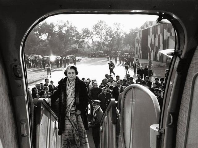 Indira Gandhi boarding plane, New Delhi, 1972. © Marilyn Stafford